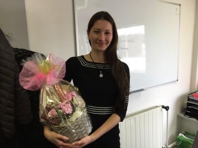 Naša kolegyňa Katka s jej darčekom k okrúhlemu jubileu